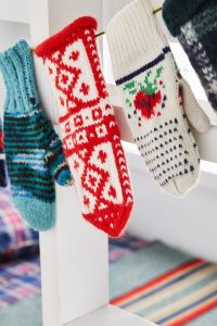 25 Fun Christmas Decor Ideas - Mitten Garland